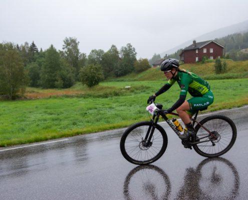 Willemiek rijdt in Noorwegen de Telemarkhelten