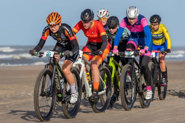Strandcare Katwijk met Willemiek Meinders. Foto: Directsportfoto.nl