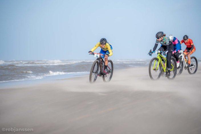 Strandcare Katwijk met Willemiek Meinders. Foto: Rob Janssen